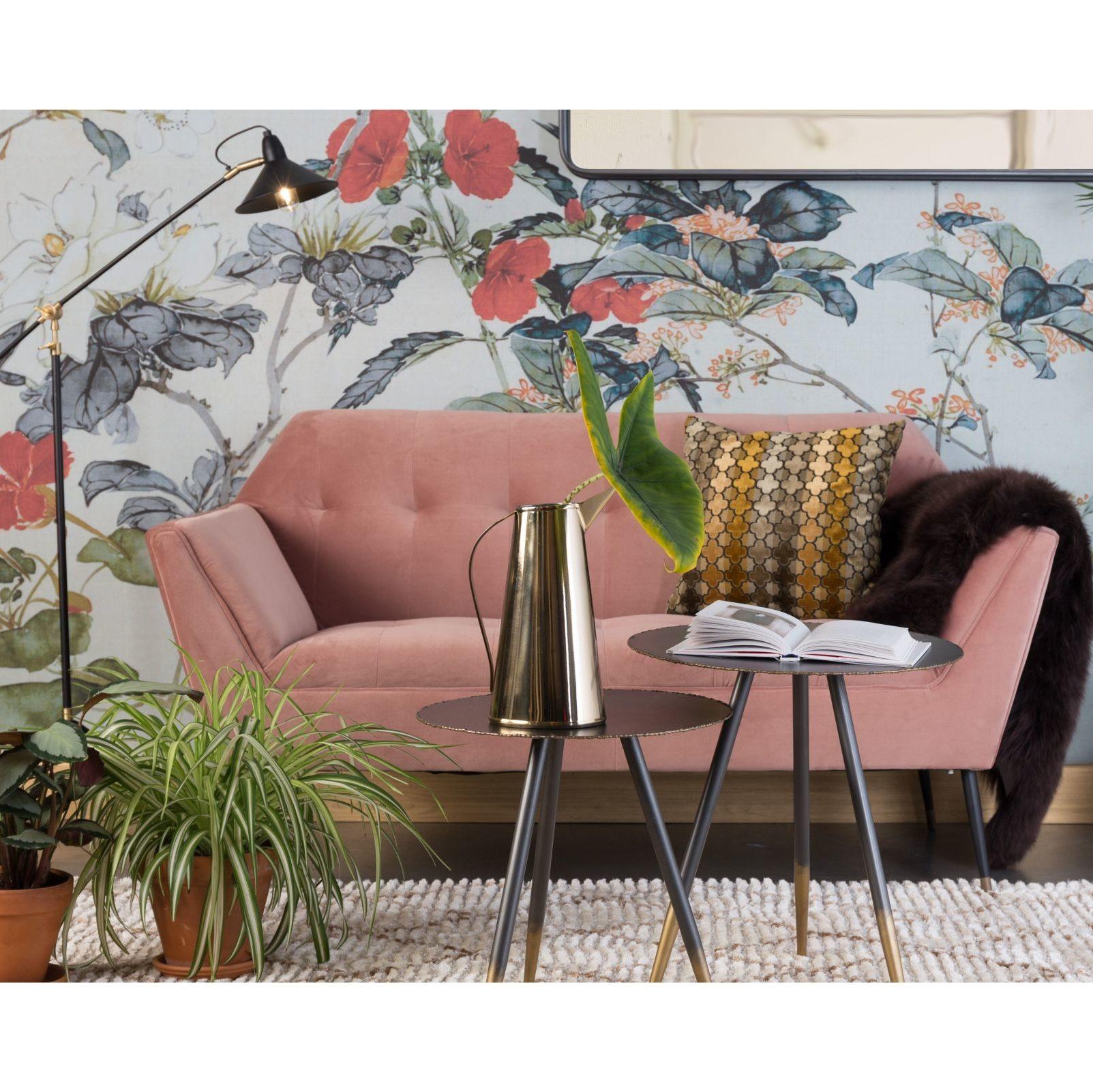 Sofa Kate firmy Dutchbone, tapicerowana tkaniną aksamitną. Wymiary 148,5x78x80 cm, cena 4 299 zł. Zestaw dwóch stolików Stalwart Dutchbone, (średnica 40,44) ze złotym wykończeniem, cena 899 zł. Lampa podłogowa Patt Dutchbone w cenie 949 zł. www.dutchhouse.pl