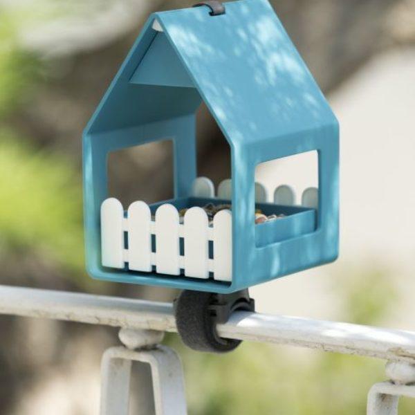 Karmnik dla ptaków Landhaus marki Emsa. Wykonany z tworzywa sztucznego. Wymiary 14×21 cm. Cena 109 zł. www.bonami.pl