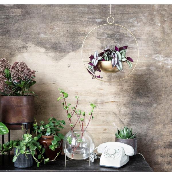 Doniczka Galaxy marki House Doctor, pokryta powłoką z mosiądzu. Średnica 34,5 cm. Cena 139 zł. www.nordicdecoration.com