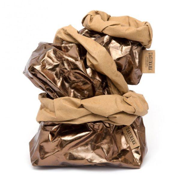 Papper Bags Bronzo marki Uashamama. Wykonane z celulozy, w metalicznym laminacie. Są wodoodporne. Można je prać ręcznie. Przedział cenowy 25-300 zł. www.inspaceshowroom.com