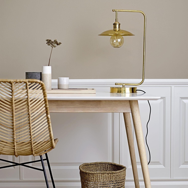 Mosiężna lampa stołowa Old School marki Bloomingville. Wysokość 55 cm, źródło światła E27. Cena 1 100 zł. www.norddeco.pl