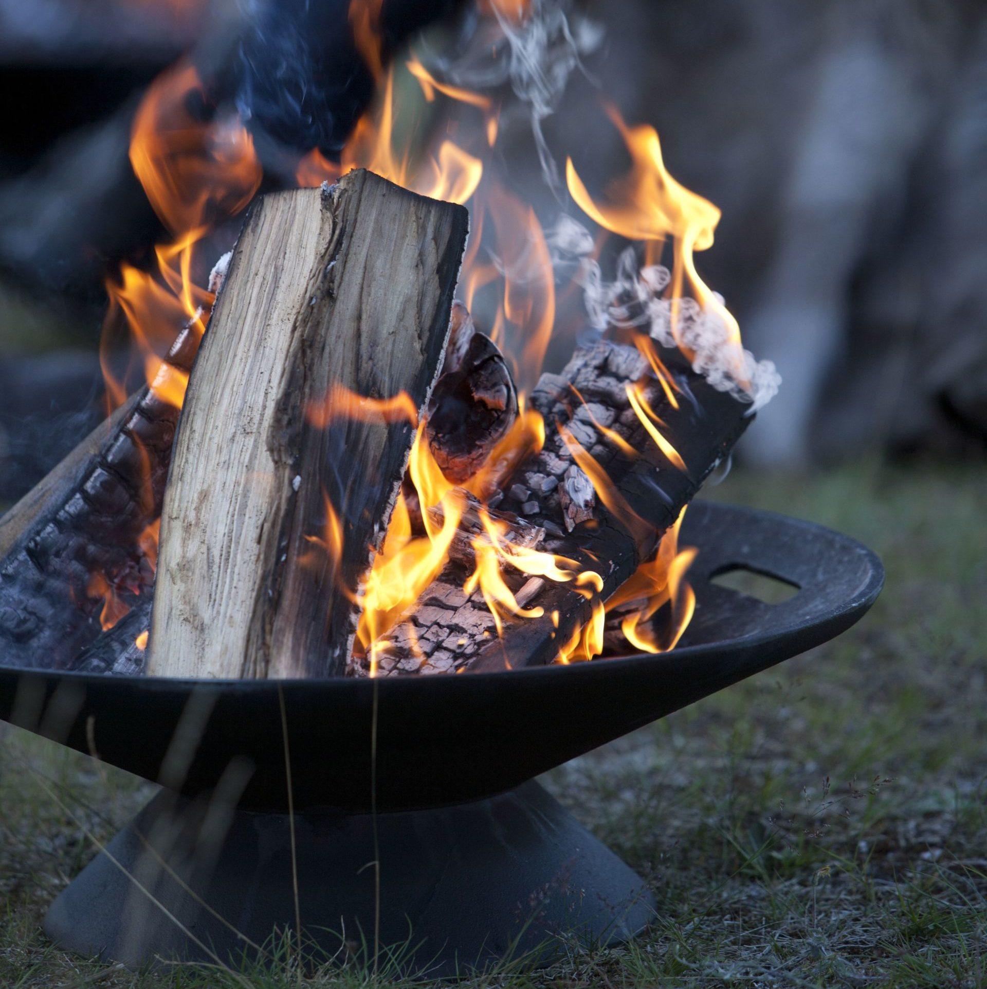 Stalowe palenisko Skagerak Helios może być również wykorzystywane jako grill. Cena 299£. www.cloudberryliving.com.uk