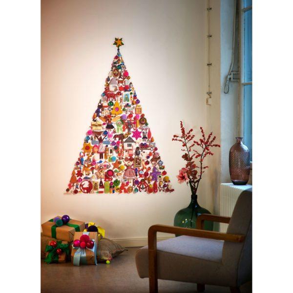 Choinka ułożona z 200 maleńkich zabawek i ozdób choinkowych. Wysokość 145 cm. Cena 59 EUR. www.myk-berlin.com