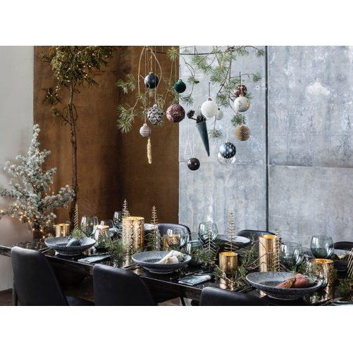 Aranżacja świątecznego stołu w skandynawskim stylu proponowana przez markę House Doctor. Talerze Rustic od 52 zł, kieliszki Ball Elegant od 34 zł. www.whitehousedesign.pl