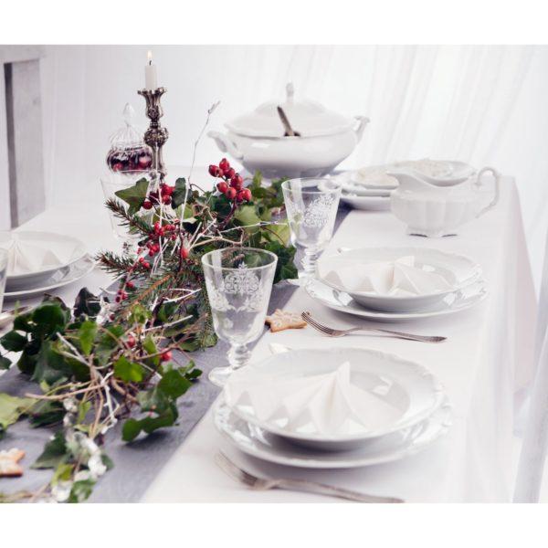 Dla wielbicieli tradycyjnej oprawy stołu. Zamiast jednego stroika, dekorację można ułożyć wzdłuż stołu. Zielone gałązki świerku i bluszczu oraz czerwone owoce róży i bukszpanu pięknie komponują się z eleganckim serwisem Maria Teresa. www.porcelana.pl