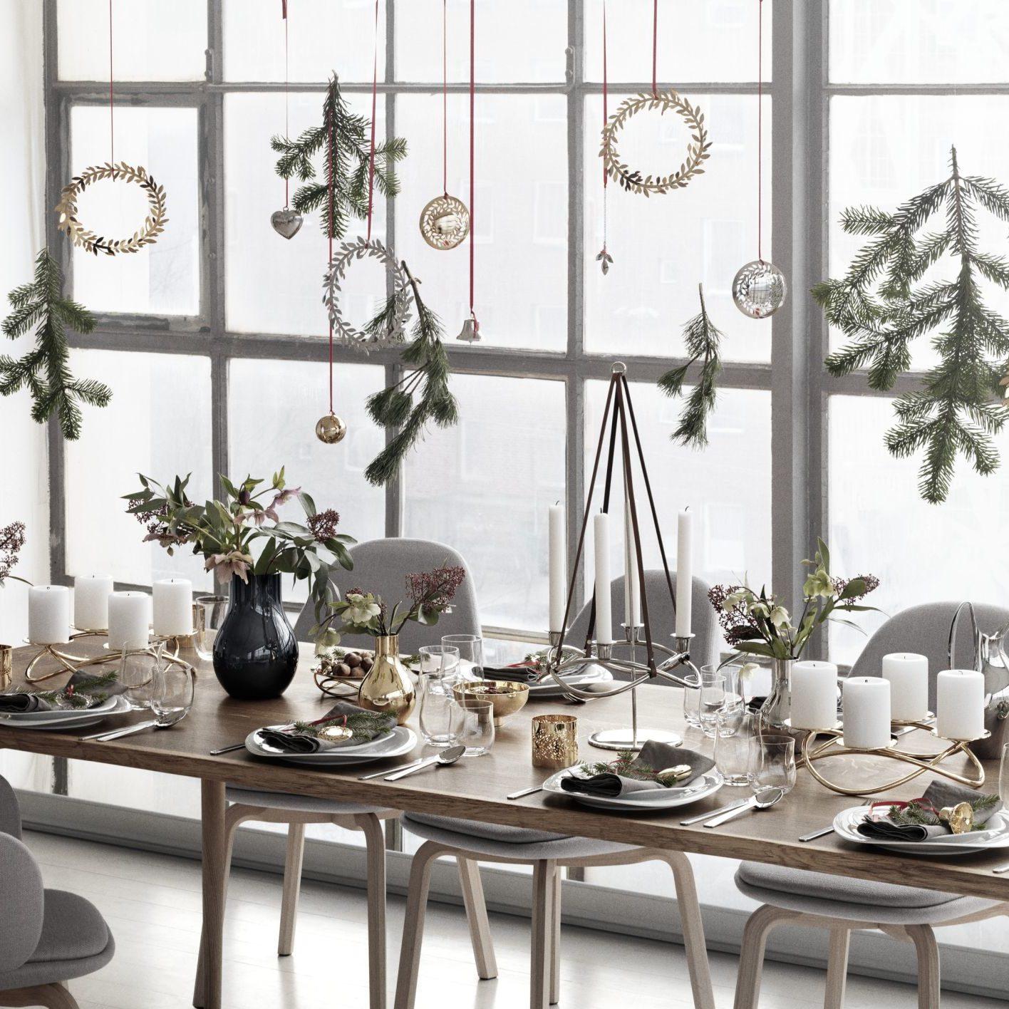 Na świątecznym stole nie powinno zabraknąć dekoracyjnego świecznika, np. Season marki Georg Jensen. www.czerwonamaszyna.pl