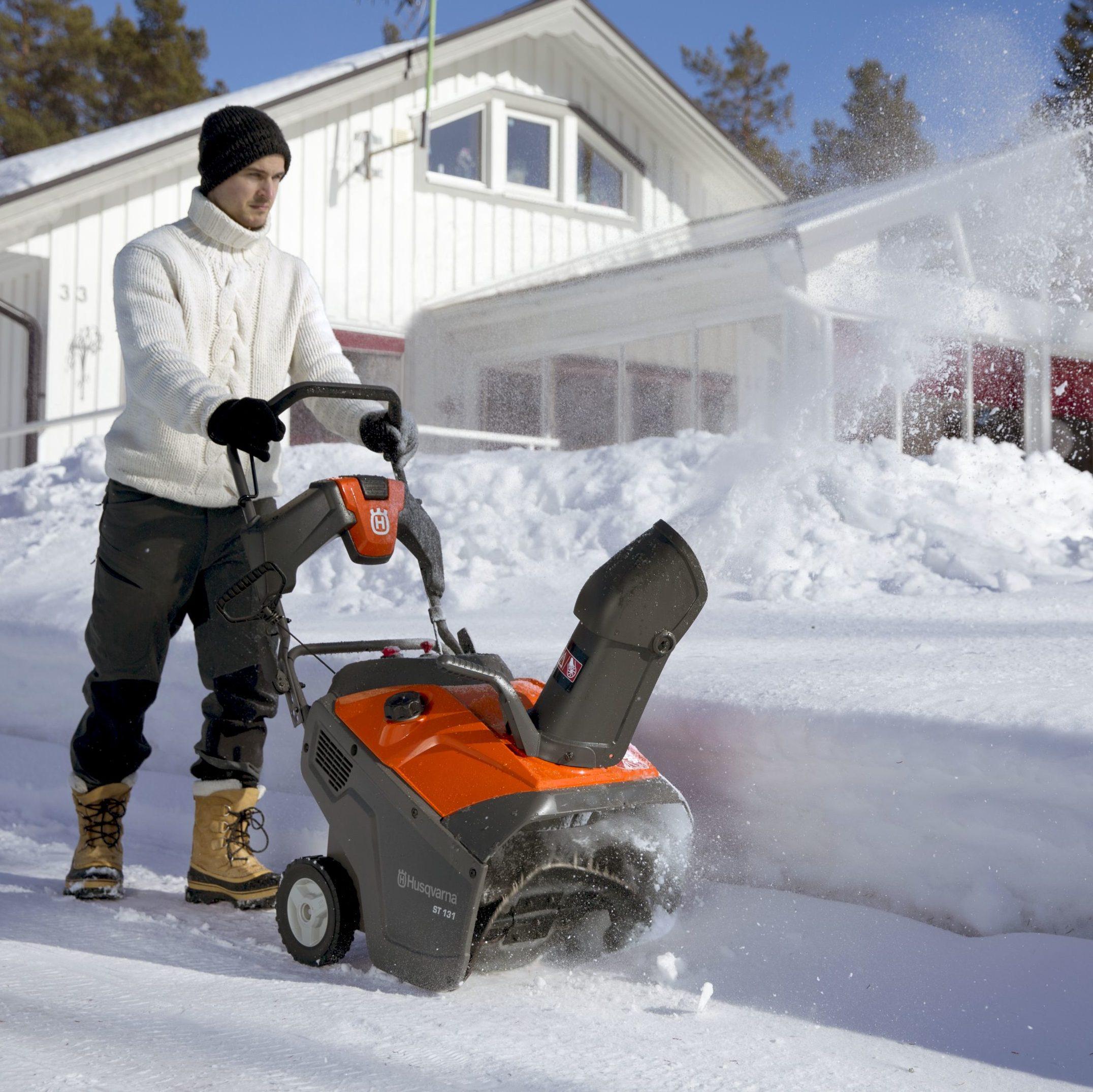 Odśnieżarka Husqvarna ST 131 do usuwania śniegu z twardych, płaskich i wąskich powierzchni na podjazdach do garażu czy ścieżkach. Przeznaczona do usuwania świeżego śniegu o grubości 5-20 cm. Gumowy wirnik zapewnia optymalną pracę i jest delikatny dla wszelkiego rodzaju twardych powierzchni. Wyposażona w elektryczny rozrusznik, który zapewnia łatwy rozruch w każdych warunkach pogodowych. Cena 2 399 zł. www.husqvarna.com/pl