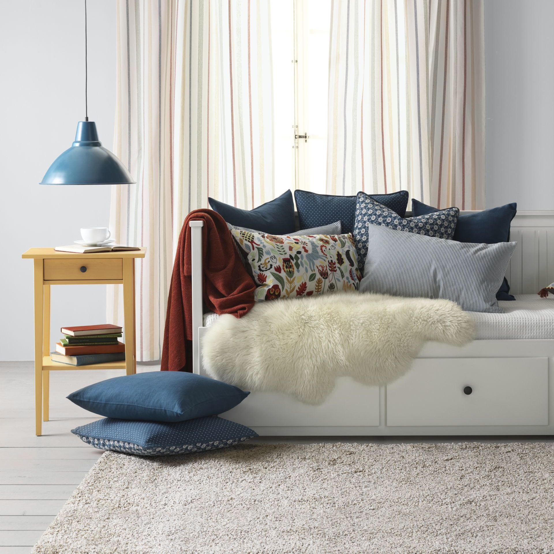 Skórę owczą Ludde można zastosować zarówno jako dywan jak i narzutę np. na kanapę. Cena 159 zł. www.ikea.com/pl