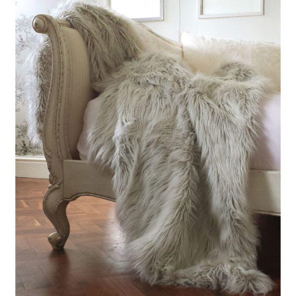 Pled Ice Queen przypomina futro polarnego niedźwiedzia. Cena 95 £. www.frenchbedroomcompany.co.uk