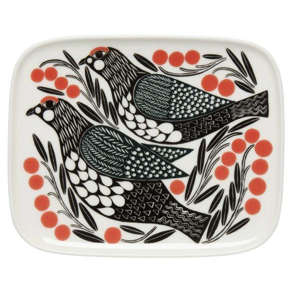 Słynny wzór z tkaniny Kiruna marki Marimekko przeniesiony na zastawę stołową. Na zdjeciu talerz deserowy (12×15 cm) w cenie 16,28 £. www.madeindesign.co.uk