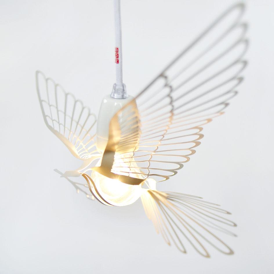 Abażur Bird Light nakładany jest na żarówkę. Wykonany z metalu. Dostępny w różnych wersjach kolorystycznych. Wymiary 29,8×49,8 cm. Cena 172 zł. www.whitehousedesign.pl